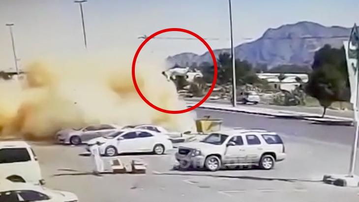 【衝撃映像】スピード出しすぎて横転した車から放り出されて空高く舞い上がる男。