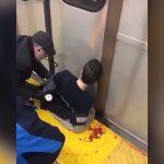 電車とホームに挟まれてしまった男性、まだ生きている映像。