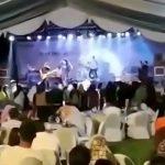 海辺で行われていた音楽イベント中に発生したまさかのアクシデント映像。