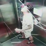 【衝撃映像】長いガラス板をエレベーターで運ぼうとした結果・・・。