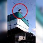 【衝撃映像】トラックで船を運搬中、電線をどけようとした作業員が感電死してしまったアクシデント映像。