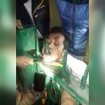 【閲覧注意】下顎が柵に突き刺さってしまった男性を救助するグロ動画。