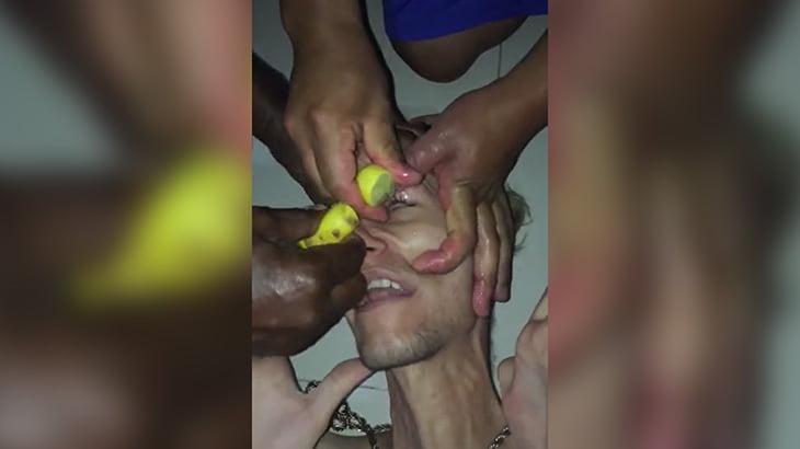 絞ったレモンの汁を目に注がれてしまう男性の映像。
