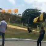 パラシュートが強風に煽られて地面に激突して死亡したアクシデント映像。