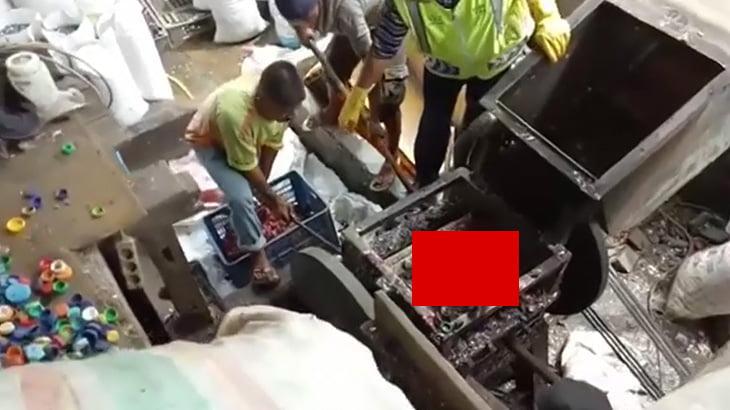 【閲覧注意】工業用ミキサーで身体をバラバラにされてしまったグロ動画。