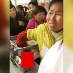 【閲覧注意】肉ミキサーに右手を巻き込まれてしまった女性のグロ動画。