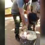 【閲覧注意】盗みを働いた男、罰として右手を切断されてしまうグロ動画。