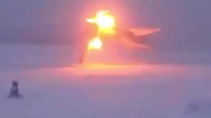 【衝撃映像】雪が積もる滑走路に着陸しようとした戦闘機、機体が割れて爆発してしまう事故映像。