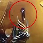 スマホをいじりながら歩いていた男性、蓋の開いたマンホールに落ちてしまうアクシデント映像。