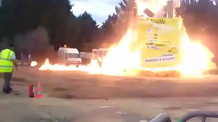 【衝撃映像】カーニバルを締めくくるために火を放った瞬間、大爆発が起こるアクシデント映像。