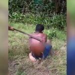 背中がボコボコになるまで木の板で叩かれ続ける男。