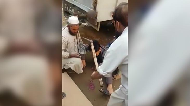 【閲覧注意】頭につるはしが刺さってしまった男性のグロ動画。