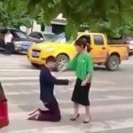 【衝撃映像】彼女にフラレそうになった男、自分の腹にナイフを突き刺してしまう・・・。
