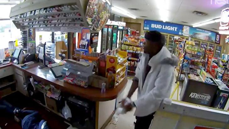 【衝撃映像】強盗の男、店員の身体に灯油をぶっかけて火を放って逃走・・・。