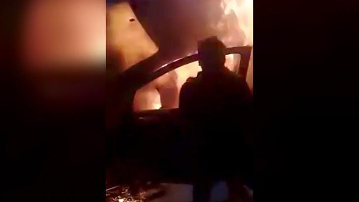 【衝撃映像】炎上する車内に取り残された男性を必死に助け出そうとする映像。