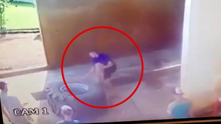【衝撃映像】トラックのタイヤの爆発で吹き飛ばされてしまう男性のアクシデント映像。