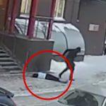 【衝撃映像】飛び降り自殺の女性、あと数センチずれていたら歩行者を殺していたかもしれない映像。