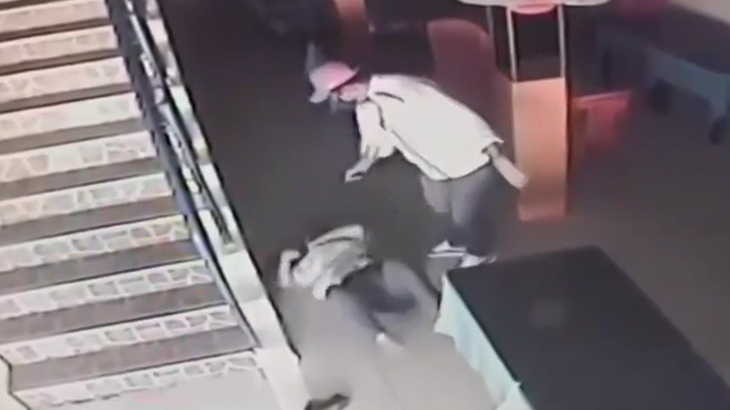 【衝撃映像】妻を銃で撃ち殺した直後、自分も自殺する男。