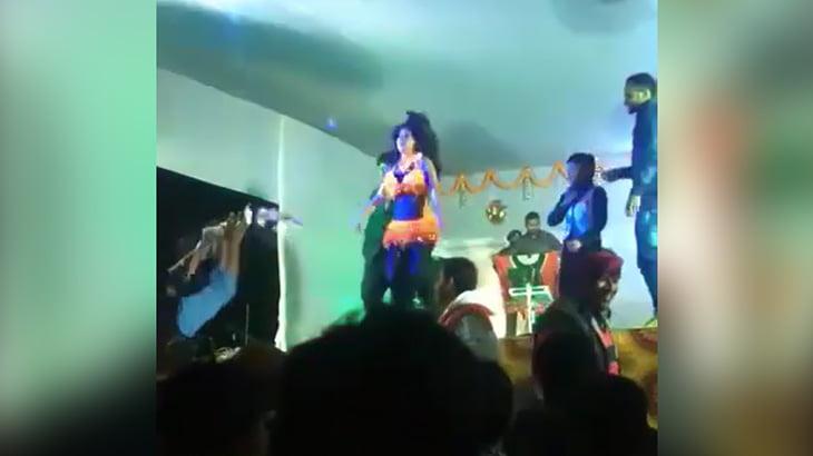 【衝撃映像】ステージ上で踊っていた女性ダンサー、射殺されてしまう・・・。