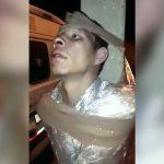 泥棒の男、柱にビニールテープでグルグル巻きにされて放置されてしまう。