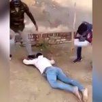 【閲覧注意】鉄パイプで男性の脚を折りまくるリンチ映像。