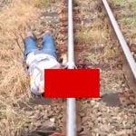 【閲覧注意】列車に首を切断されて死亡した男性をバイカーがたまたま見つけたグロ動画。