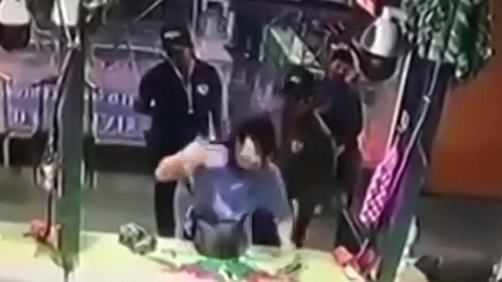 【衝撃映像】射撃場で自分の頭を撃ち抜いて自殺する男。