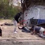 取っ組み合いの喧嘩をする2人の男性、埒が明かず2人共スコップで殴られてしまう。