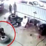 作業場でトラックのタイヤを修理中の男性。タイヤ爆発するのかと思いきや・・・。