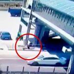 酔っ払った男、歩道橋の屋根から滑り落ちて走行中の車に落下してしまう。
