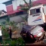 【衝撃映像】電車と衝突した車、反対車線を走る電車にも轢かれてしまう・・・。