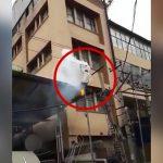 屋根に登り、電線に触れて自殺した男。