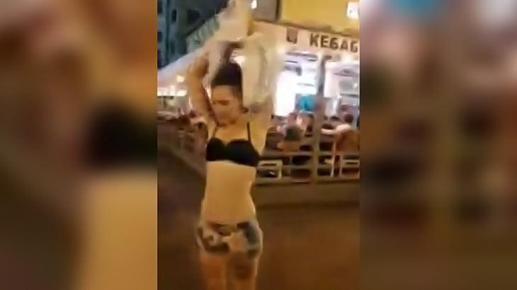 人が大勢いる街なかで全裸になっちゃう女の子のちょいエロ動画。