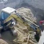 工事現場の地盤が崩れて作業員が生き埋めになってしまうアクシデント映像。