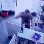 【衝撃映像】不倫した妻を銃で殺した直後に自分の頭を撃ち抜いて自殺する男の事件映像。