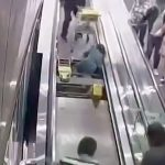 【衝撃映像】動く歩道の踏み面が外れて脚を挟まれてしまった男性のアクシデント映像。