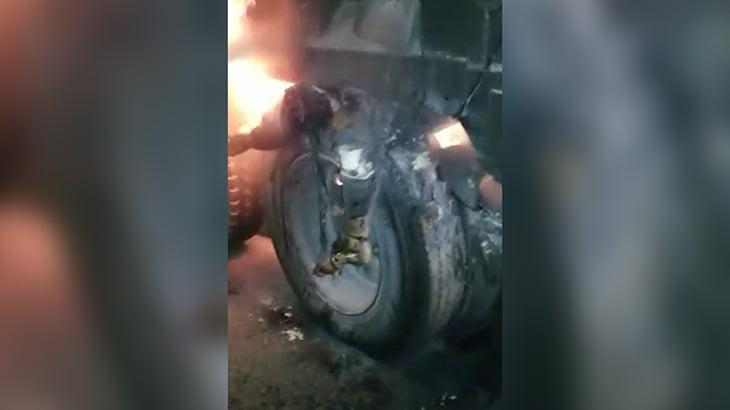 【閲覧注意】炎上したトラックのタイヤに挟まり死亡した男性のグロ動画。