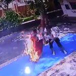 寺院で参拝していた女性、ロウソクの火がスカートに燃え移ってしまうアクシデント映像。