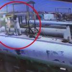 【衝撃映像】タンカーの上を歩いていた男性、突然の爆発で吹き飛ばされてしまう・・・。