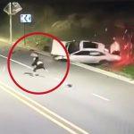 【衝撃映像】スピード出しすぎたドライバー、横転した車から空高く放り出されてしまう事故映像。