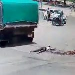 【閲覧注意】右折するトラックに下半身を潰された人間が上半身を動かすグロ動画。