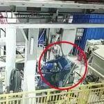 【衝撃映像】工場で機械に上半身を潰されて死亡した作業員。