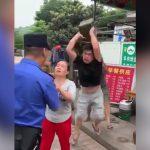 【衝撃映像】警察官にブチ切れた男、コンクリートブロックで頭を殴ってしまう・・・。