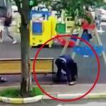 子供たちが遊ぶ公園で彼女をナイフで刺し殺す男の事件映像。