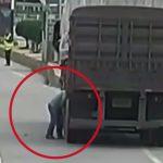 【衝撃映像】トラックのタイヤを修理中、突然の爆発で倒れてしまうドライバー。