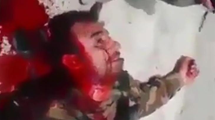 【閲覧注意】首から血が噴き出し続ける兵士を撮影したグロ動画。
