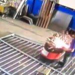 【衝撃映像】可燃性ガスが入ったドラム缶を溶接しようとした作業員、爆発により吹き飛ばされてしまう・・・。