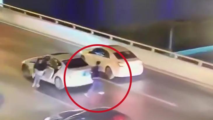 【衝撃映像】母親に叱られてしまった息子、橋の上から飛び降りて自殺してしまう・・・。