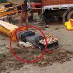 【閲覧注意】転倒した重機に潰されて死亡した作業員のグロ動画。