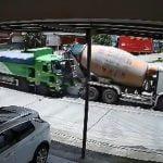 【衝撃映像】トラック同士の衝突に挟まれて潰されてしまった車の事故映像。